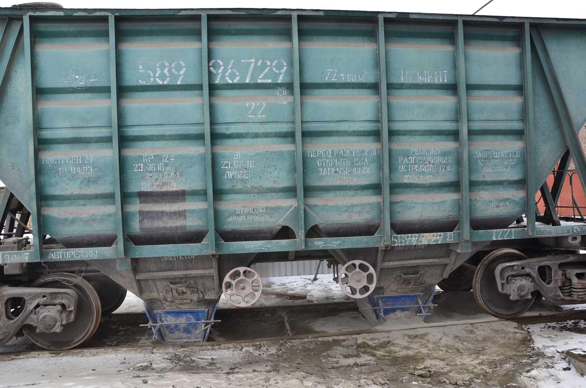 Выгрузка вагона с цементом